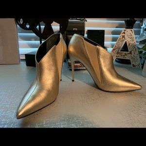 GUESS- Gold Pointy Heels